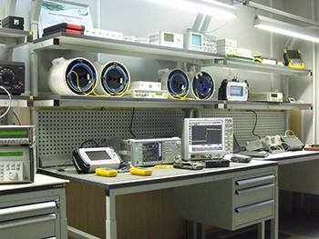 Рабочее место по сервисному обслуживанию волоконно-оптических приборов.